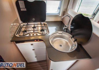 Vista de la cocina, hornilla y armarios