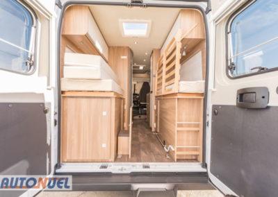 alquiler furgoneta camper en Tarragona Vlow 610 3-4 plazas. Parte trasera, cama levantada