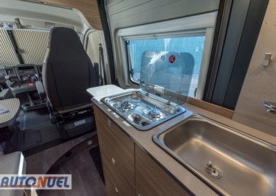 alquiler furgoneta camper en Tarragona Vlow 610 3-4 plazas. Vista de la cocina